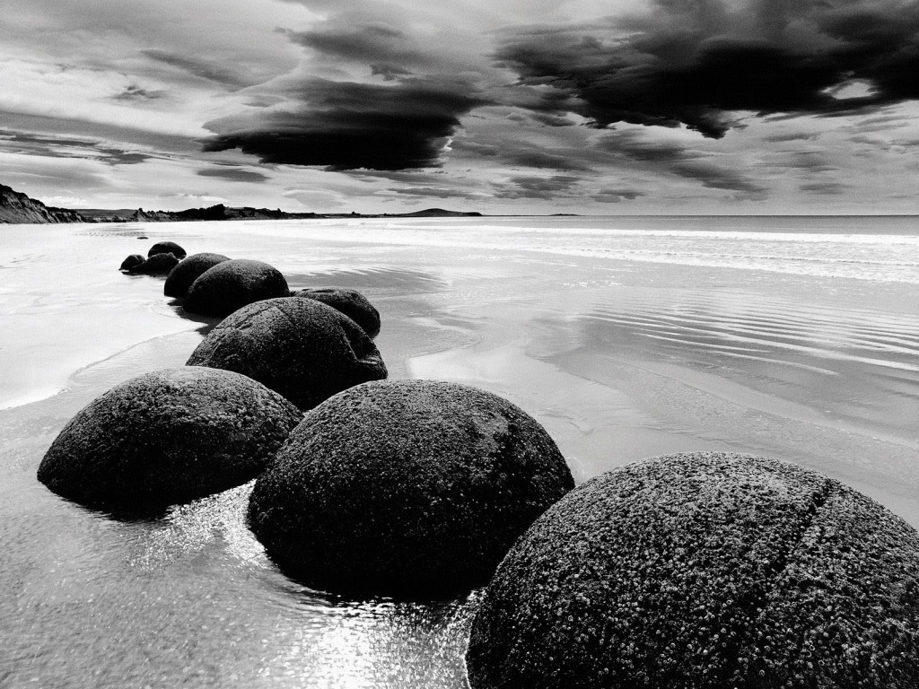Black-And-White-Beach-with-High-Definition-Wallpapers